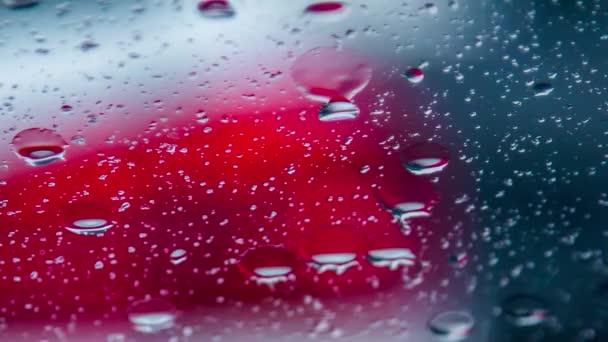 Dešťové kapky běží na auta během deště