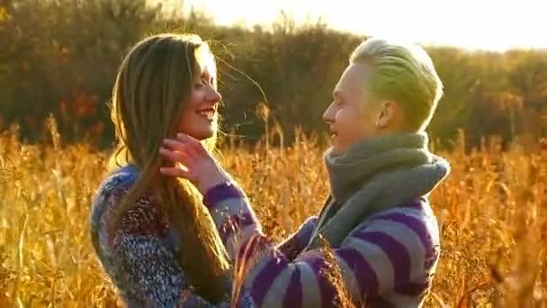 Fiatal és boldog pár átölelve a pályán