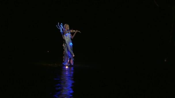 A víz tükrözi fény ruha