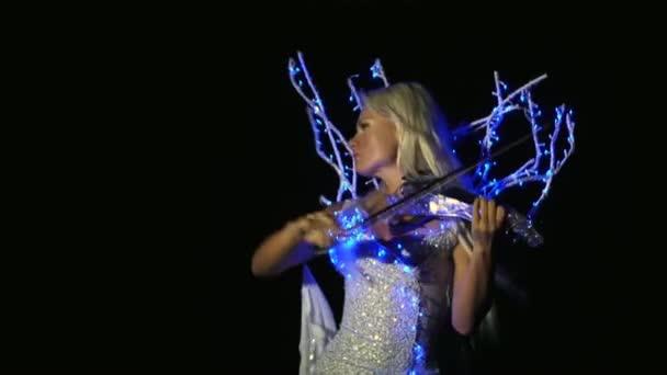 Egy csillogó ruha hegedülni öltözött nő