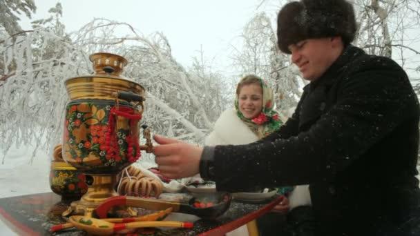 Mladí manželé na dovolené v zimním lese