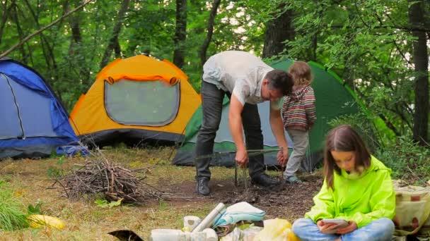 Šťastná rodina, příprava na piknik na kempu