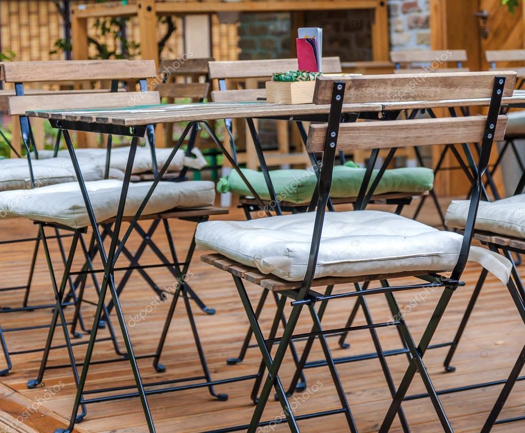 Houten Stoel Tuin.Houten Tafel En Stoel In De Tuin Van Cafe Stockfoto C Bennian