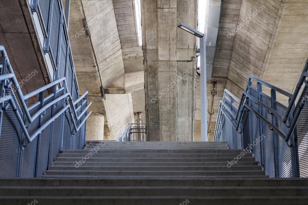 Beton-Treppen sind Metall Handläufe unter der Brücke — Stockfoto ...