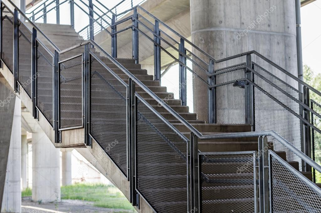 Beton-Treppen sind Metall Geländer — Stockfoto © Bennian #93031684