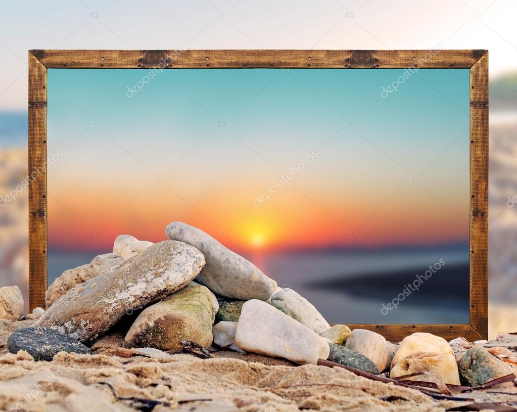 Felsen am Strand mit schönen Strand-Bilderrahmen und verschwommene ...