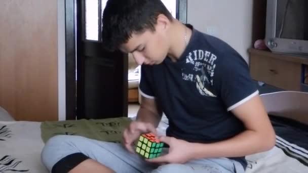 Guy shromažďovat Rubiks kostka