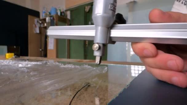 Pracovník dělené sklo