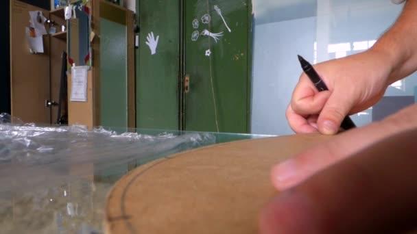 Dělník nakreslit značku