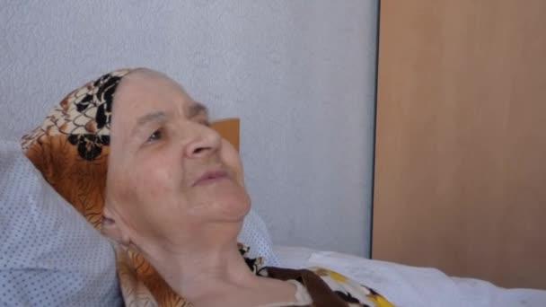 Babička úsměvy pro fotoaparát