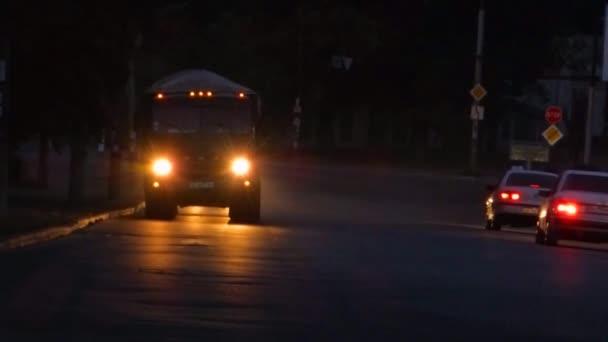 Oslepující světla náklaďáku