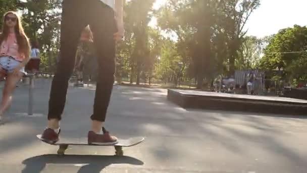Mladý kluk skateboardingu skatepark zpomalené