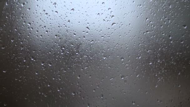 Déšť, velké deště kapek udeřit okno během sprcha