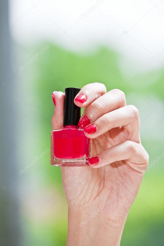 Esmalte de uñas rojo en la mano — Foto de stock © mauro.grigollo ...