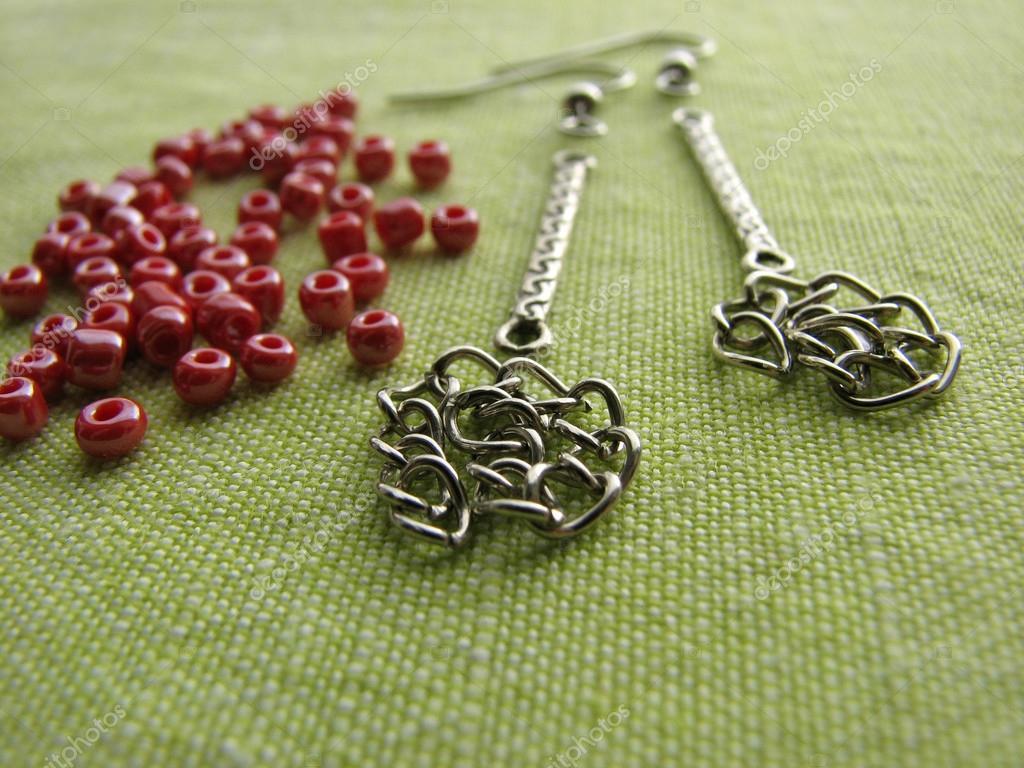Κόκκινες χάντρες και έπιπλα για την πραγματοποίηση σκουλαρίκια 7b228078741