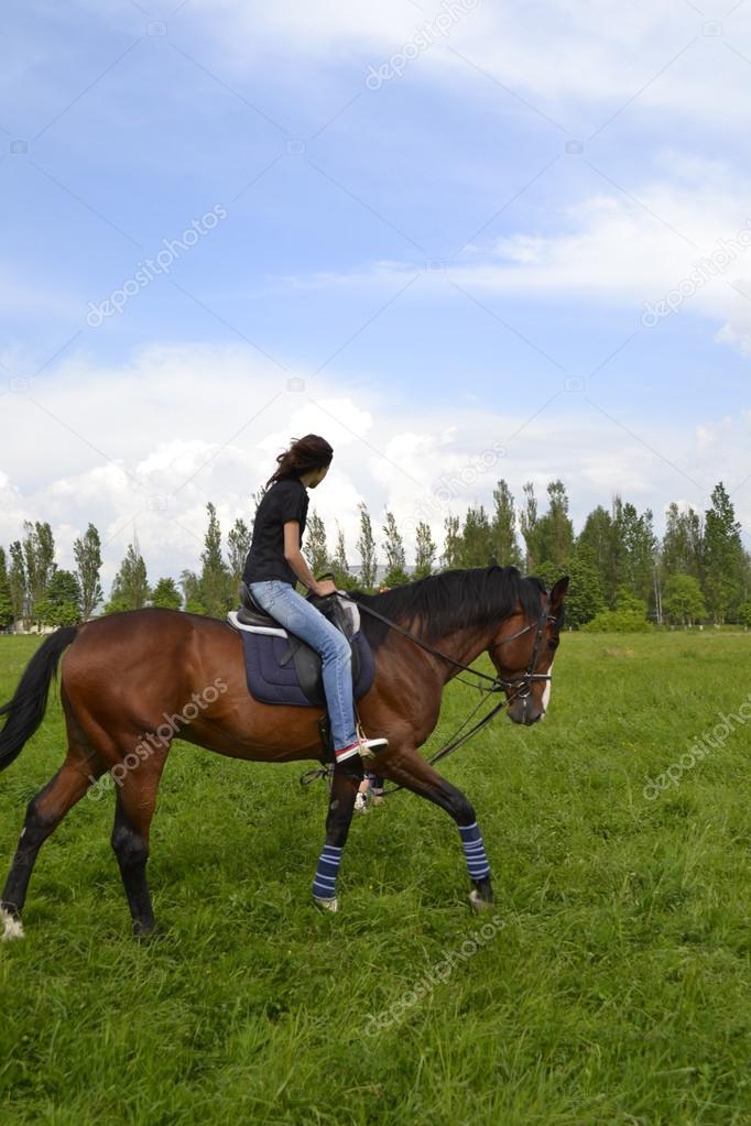 Chica montando un caballo