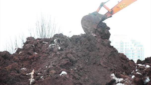 Kopání příkopu rypadlo lopata