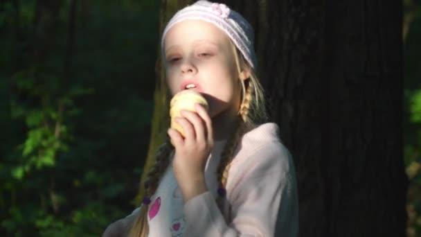 Lány eszik fagylaltot a fának a közelében
