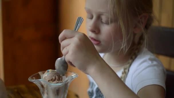 dívka jíst zmrzlinu