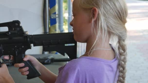 Mädchen schießen auf Ziele auf einem Schießstand