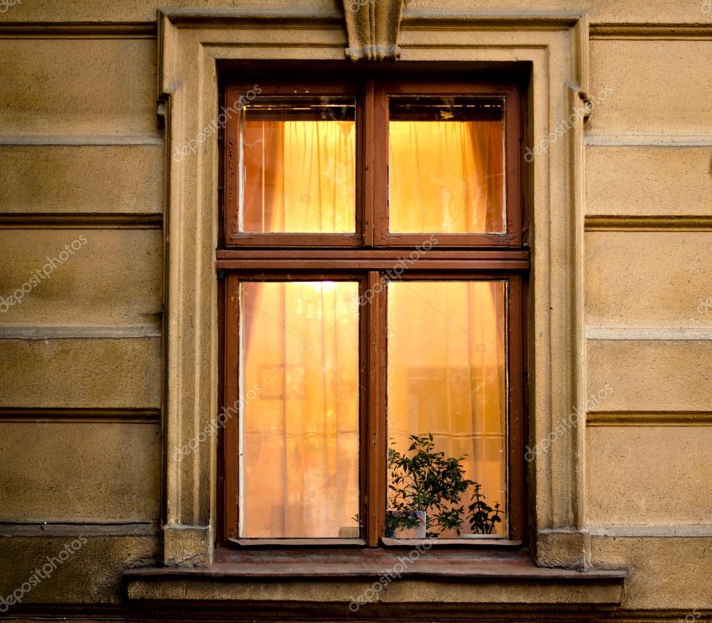 Vecchia cornice di finestre in legno su cemento incrinato - Foto finestre in legno ...