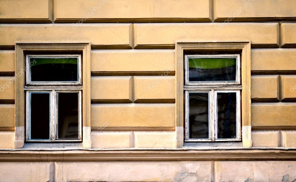 Antiguo marco de ventanas de madera en el cemento agrietado muro ...