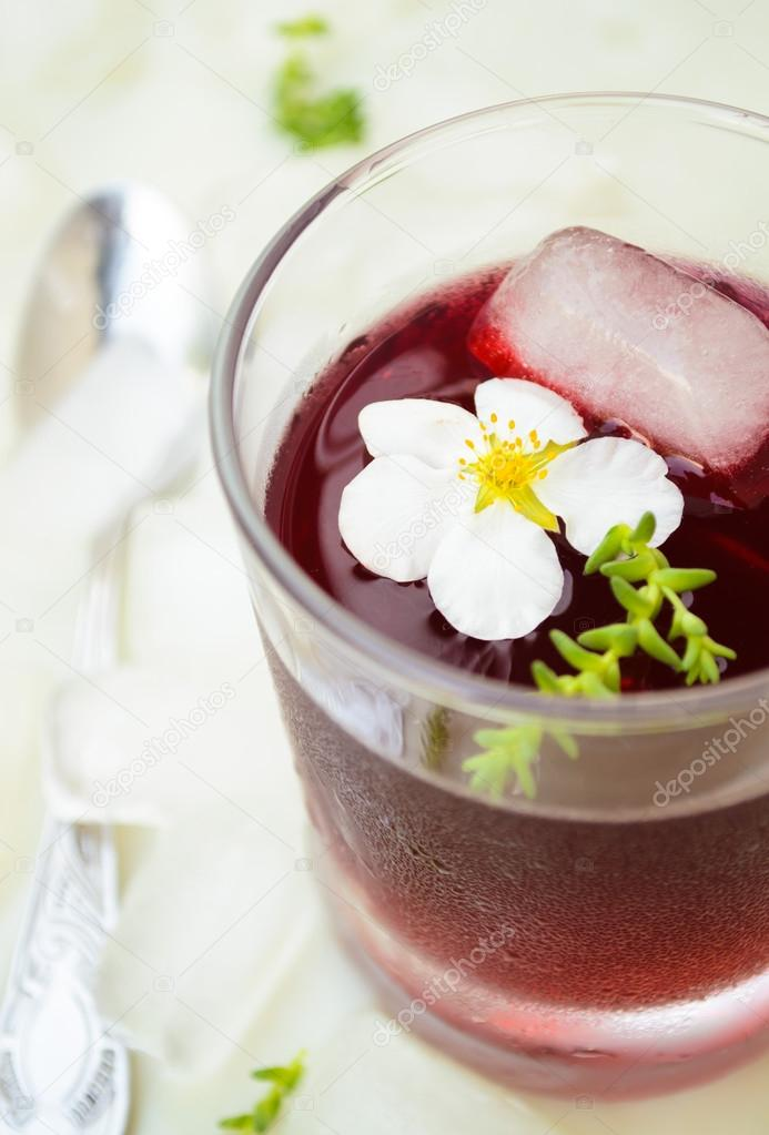 Red wine jelly with white flowers and ice