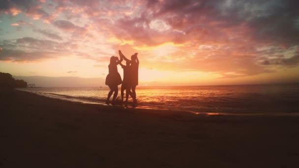 Gruppo di amici che celebrano sulla spiaggia