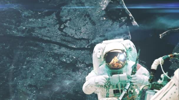Astronaut pracuje, takže opravy na mezinárodní vesmírné stanici