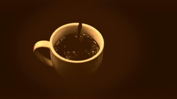 Zpomalené kávy nalít