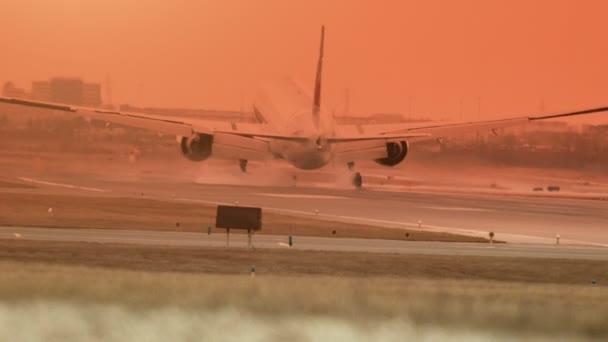repülőgép leszállás a naplemente