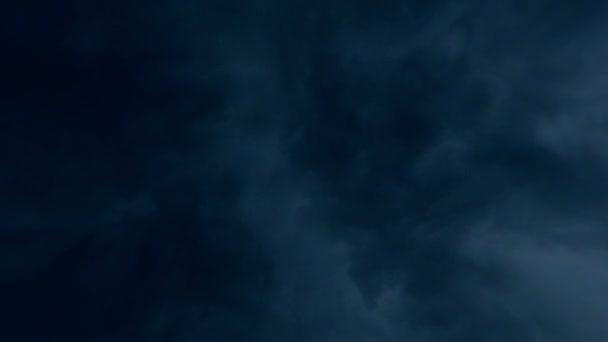 blesk v bouřkové mraky