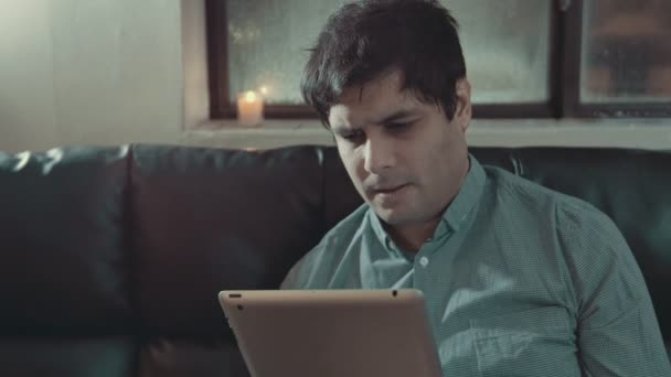 Mann mit Tablet erhält schlechte Nachrichten