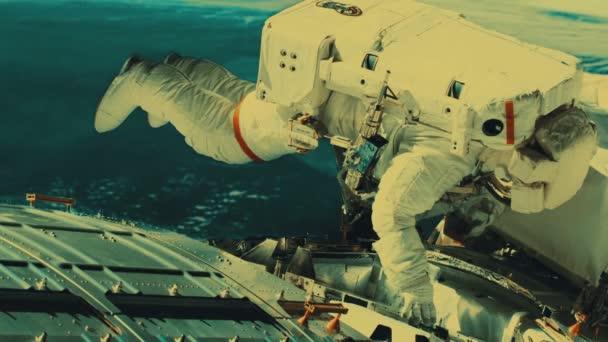 Astronaut opravila na vesmírné stanici