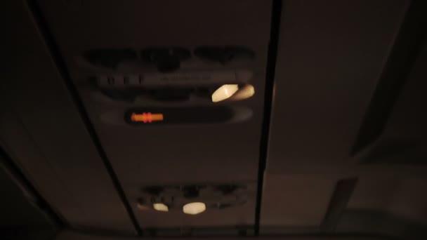 pomocné látky v kabině letadla