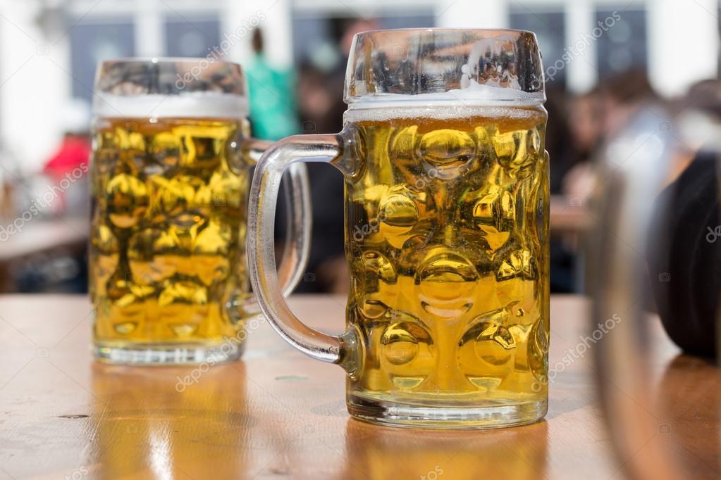 Due bicchieri di birra tedesca biergarten sfondo foto for Bicchieri birra prezzi