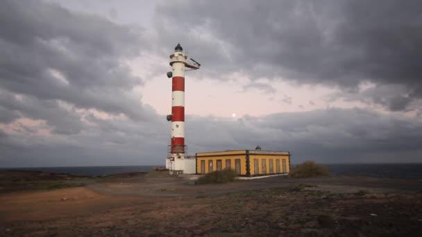 stará věž majáku, zatažené obloze večerní světlo