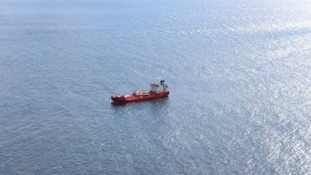 červená loď sám na oceánu - osamělý tankeru ve vodě