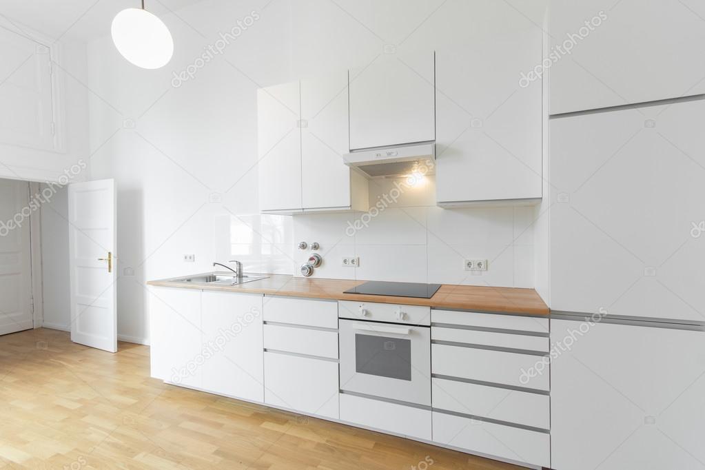 fehér konyha, friss felújított lakás, fa padló — Stock Fotó ...
