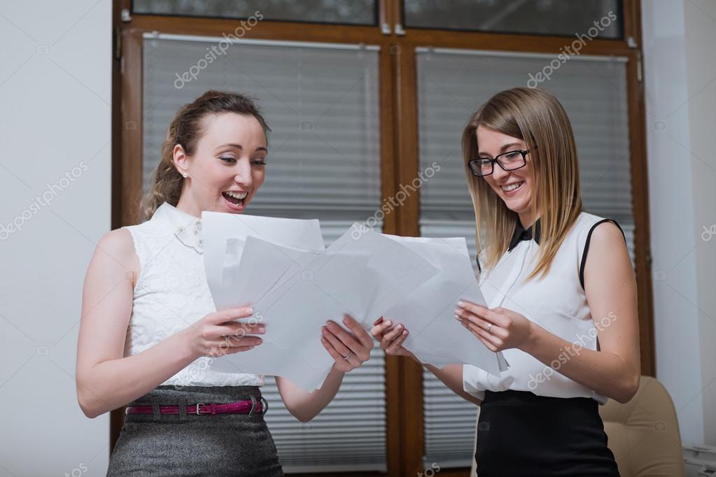 Zwei Frauen Business Partner blicken auf Abschlüsse, Statistiken und ...