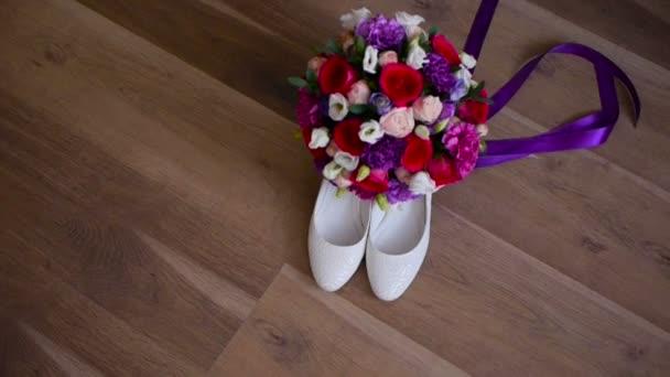 Svatební kytice a nevěsty boty
