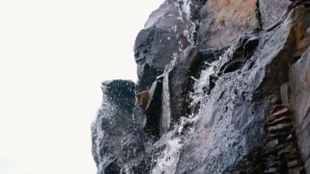 Pareti Con Cascate Dacqua : Parete di pietra con una cascata cascata d acqua u video stock