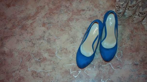 Nevěsty svatební boty zdobené kamínky na dřevěnou podlahu