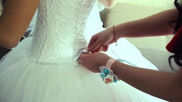Koszorúslány a befűzési fehér esküvői ruha a gyönyörű menyasszony. Szépség lány a menyasszonyi ruha a házasság. Női portré. Göndör haj, és a csipke fátyol nő. Aranyos hölgy beltéri