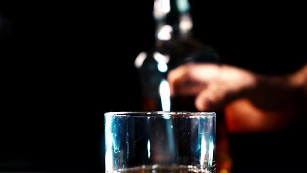 Whiskey ömlött egy üveg Ice