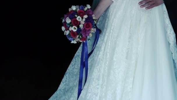 Hochzeit Braut und Bräutigam umarmt