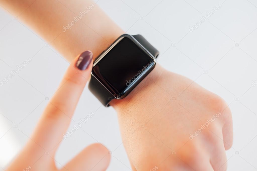 bd391389e Close-up feminina tela tocante de relógio de pulso inteligente — Fotografia  de Stock