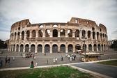 Koloseum v Římě s modrou oblohu s mraky