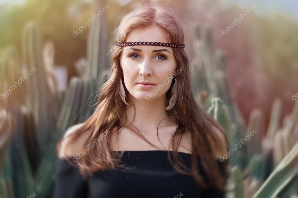 Porträt Einer Jungen Hippie Womanwith Lange Haare Und Blaue Augen