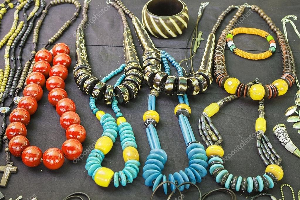 Afrikanische traditionelle handgefertigte hell bunten Perlen ...